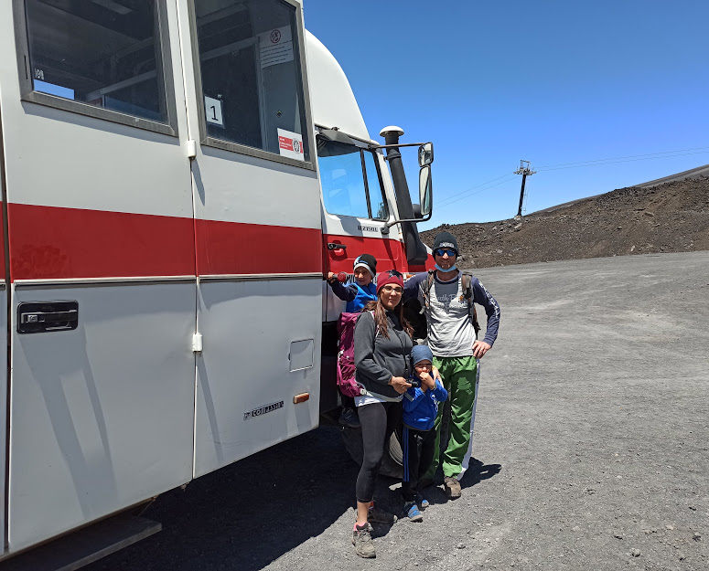 una famiglia in jeep per escursione sull'Etna