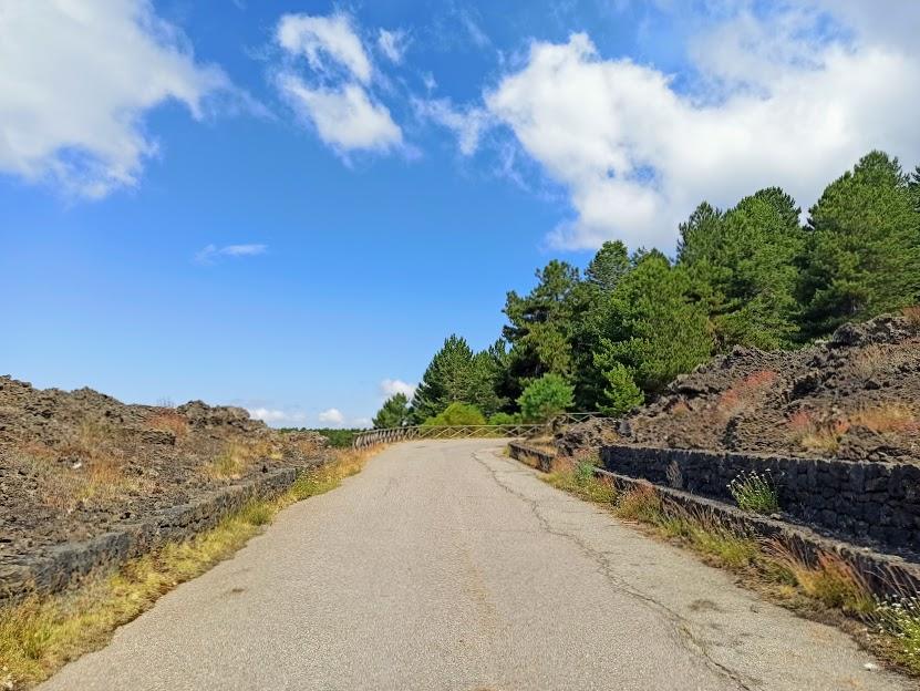 sentiero asfaltato sull'Etna da percorrere in passeggino