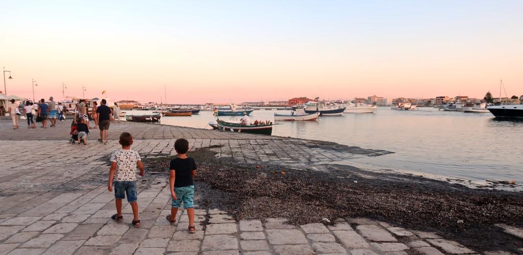 due bambini che passeggiano a Marzamemi