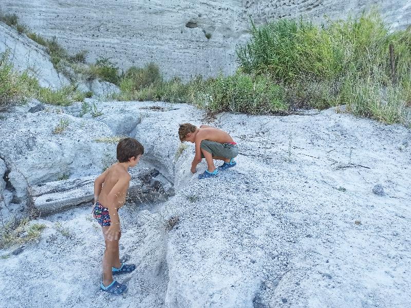 bambini a Lipari alle cave di pomice