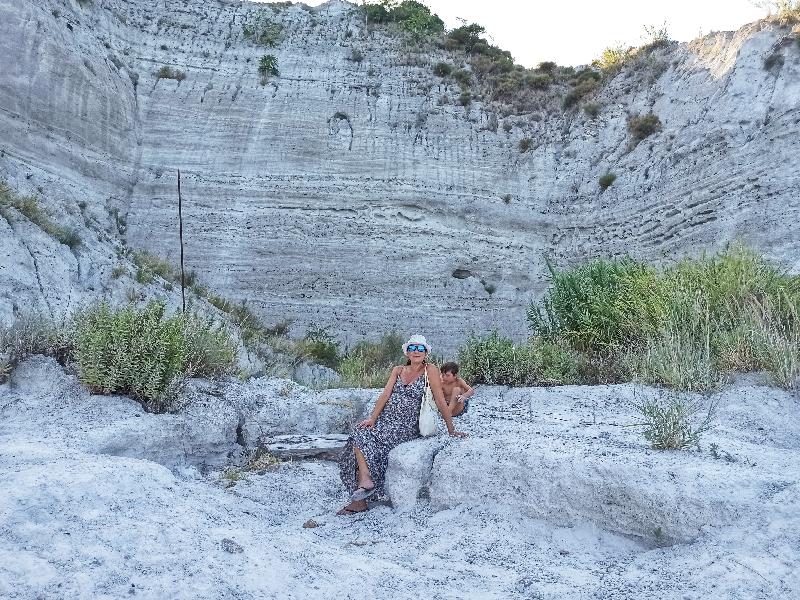 mamma e bambini alle cave di pomice di Lipari