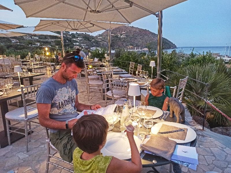 famiglia che cena a Lipari