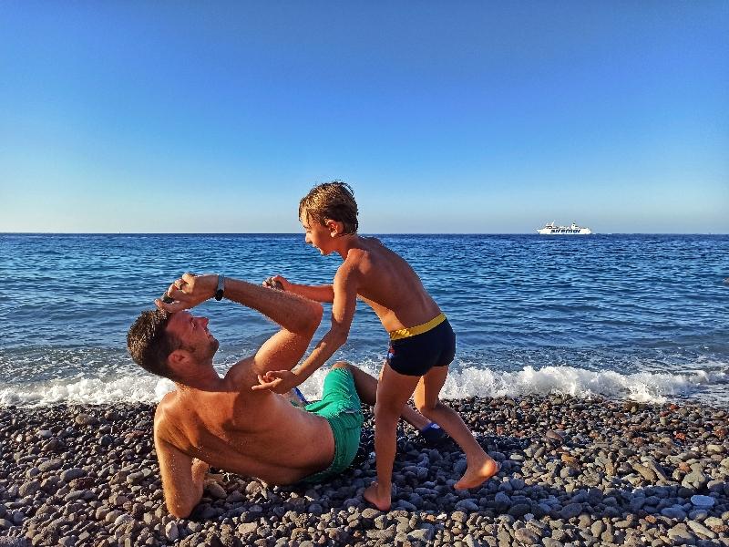 padre e figlio a Lipari in spiaggia