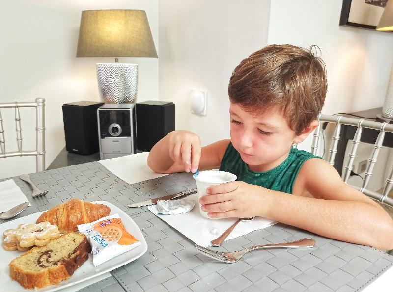 bambino che fa colazione in hotel a Lipari