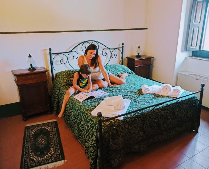 una mamma e un bambino in una camera dove dormire sui Nebrodi