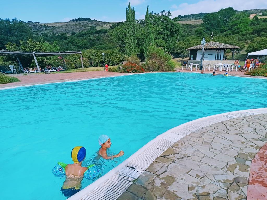 bambini in piscina in un agriturismo sui Nebrodi