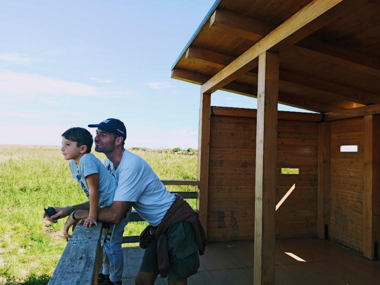 papà e bambino presso la riserva naturale orientata oasi del simeto