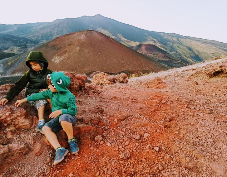 due bambini sull'Etna