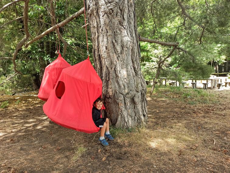 un bambino in un campeggio in Sicilia