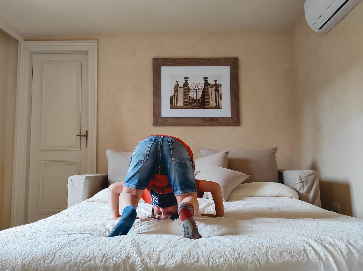 un bambino che gioca sul letto