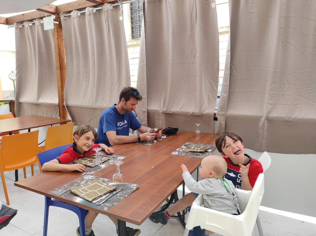 una famiglia al ristorante a Caltagirone