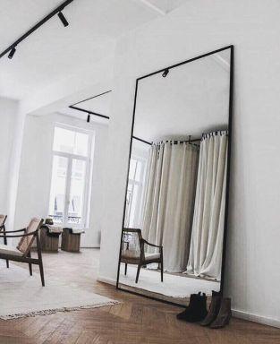 grand miroir posé sur le sol déco
