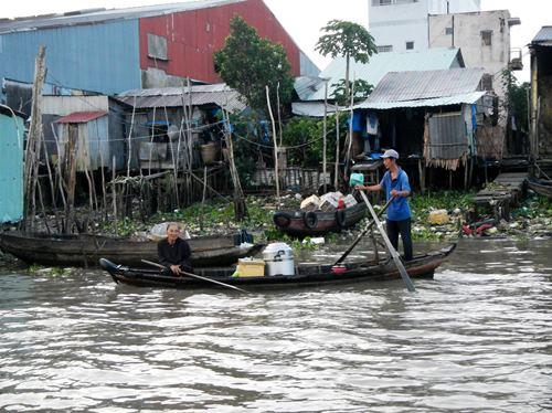 Claironyva-Vietnam-CanTho-rivage-détritus