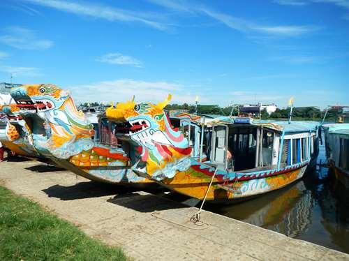 Claironyva Vientam Hue Bateaux dragons pour l'excursion sur la rivière des parfums, Hue