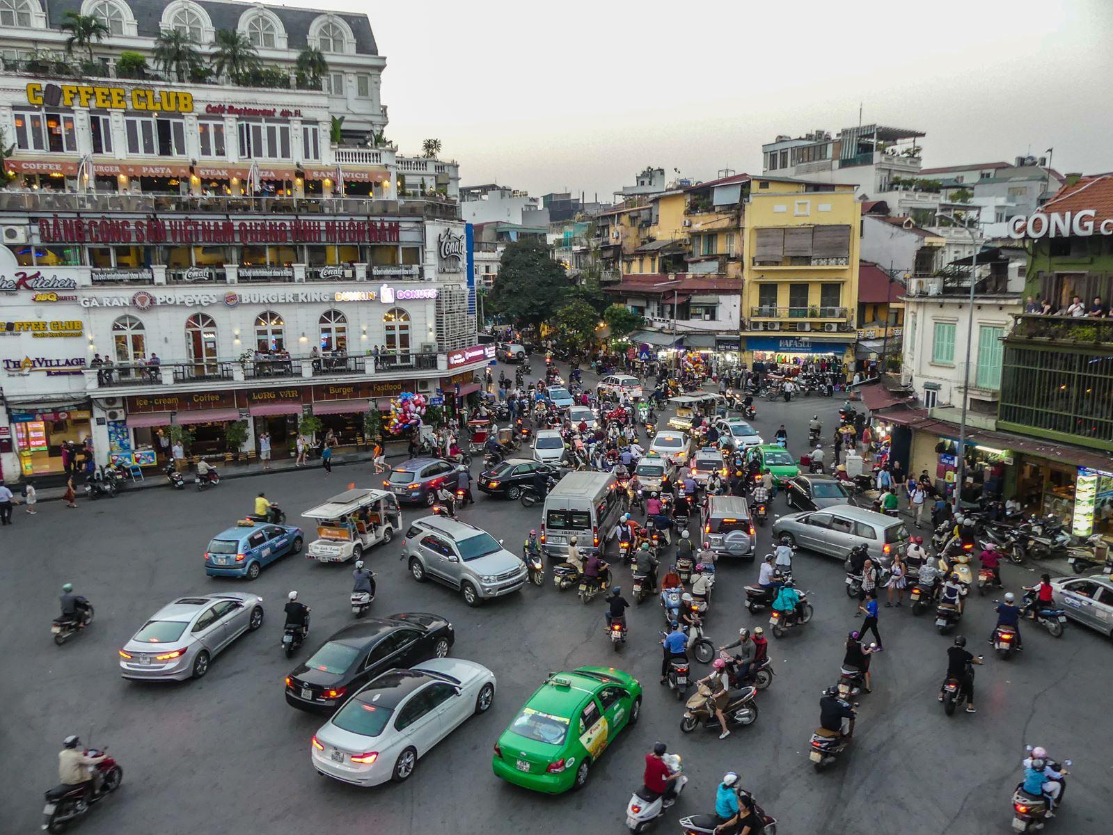 Claironyva Vietnam Hanoi Circulation Vue du Highland's Coffee
