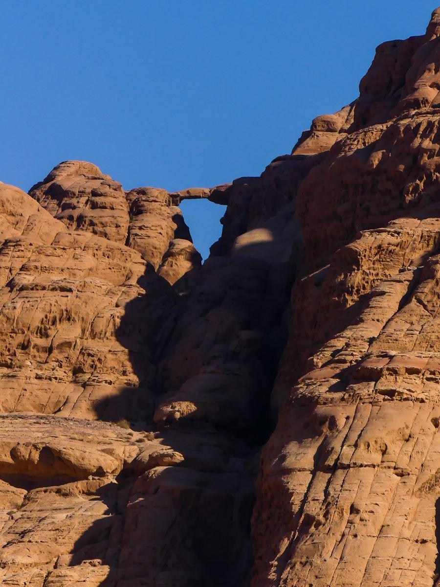 Vue sur une arche au loin sur une montagne