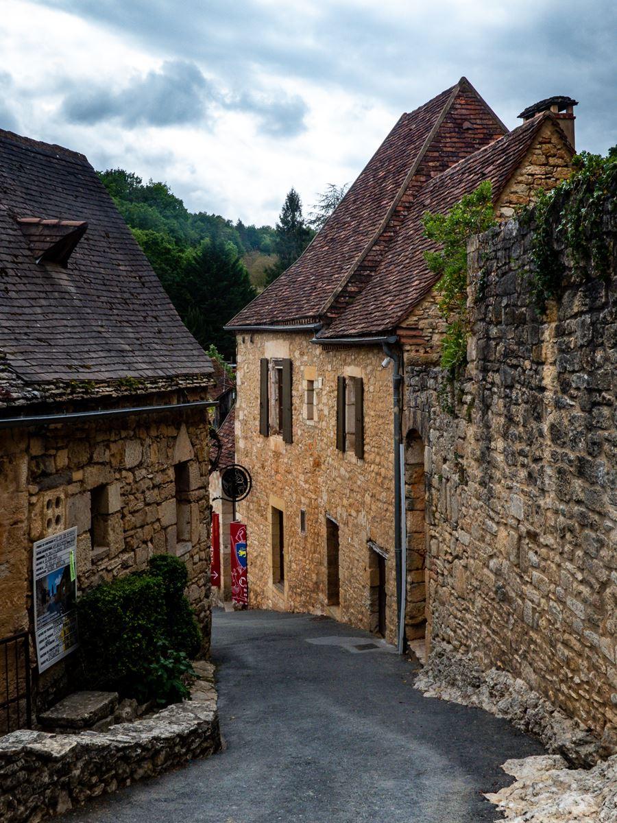 Rue pentue de Castelnau la Chapelle