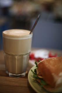latte med ost- och skinkmacka