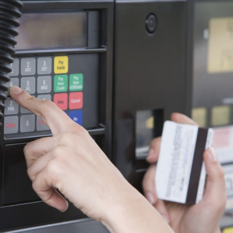 Visa delays chip card use at the gas pump for another 3 years