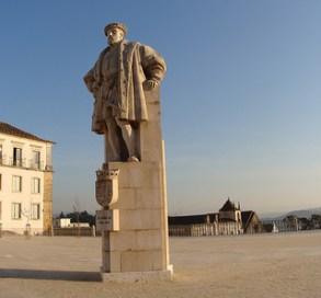 (FOTO 02) Estátua de D. João III, que está no pátio principal da Universidade.