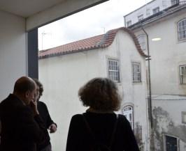O Arquiteto junto a um dos vãos, com vista para a cidade.