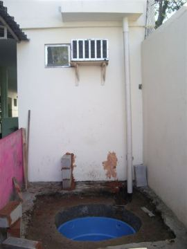 Processo de construção do sistema de captação de água de chuva no CAp, UFRJ.