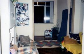 Vista do quarto, a partir da sala, onde aparece a parede que foi substituída por tijolos de vidro_antes.