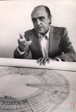 Oscar Niemeyer com o projeto do Museu do Homem, a ser construído em Minas Gerais.