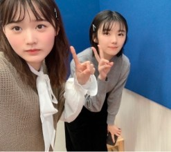増本綺良(左)と藤吉夏鈴