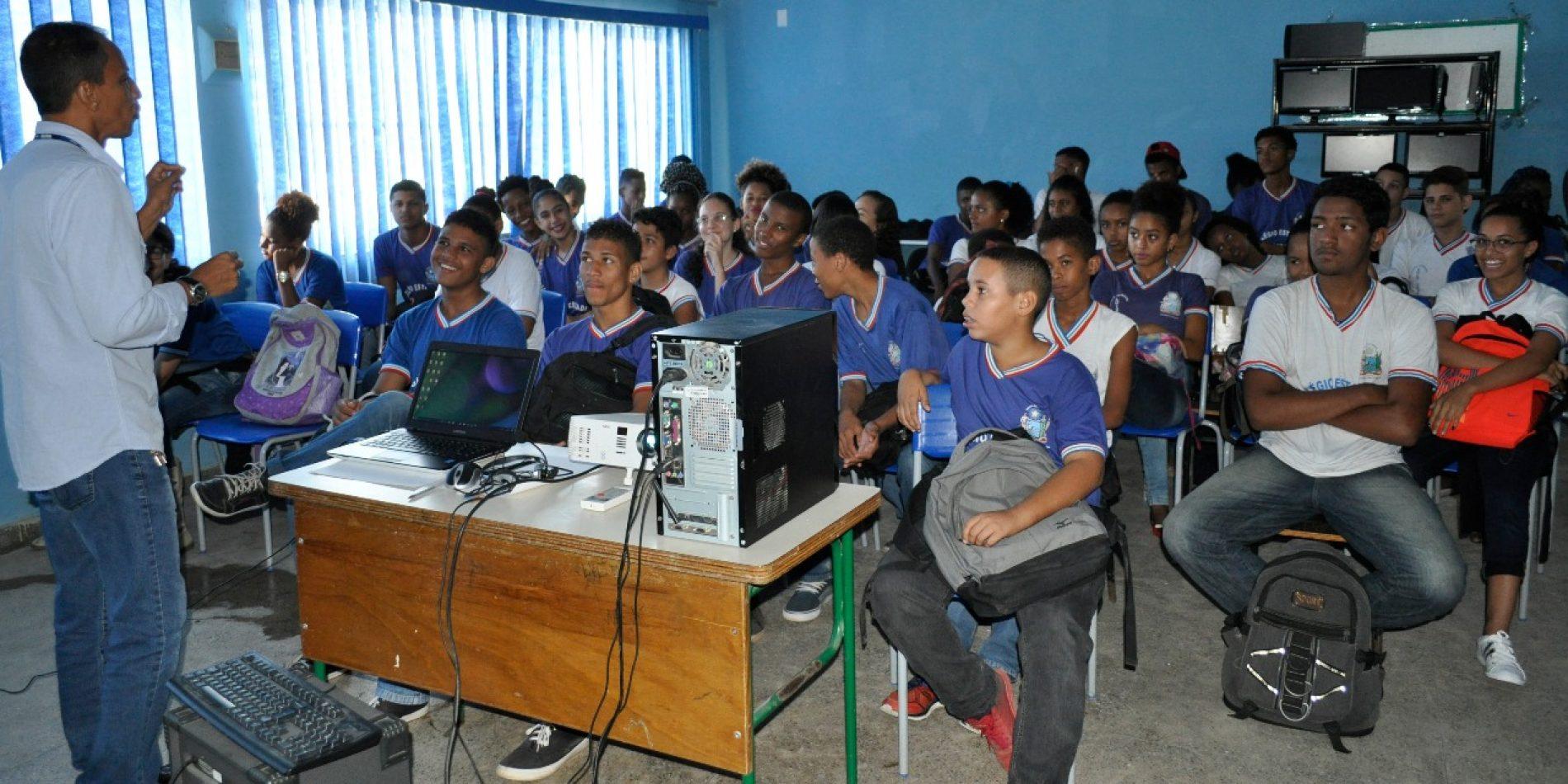 Mídias e Tecnologias educacionais e orientações para a Prova Brasil são apresentadas a estudantes e educadores de escola em Salvador