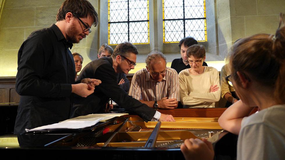 """Imri Talgam pendant l'atelier de """"préparation"""" du piano"""