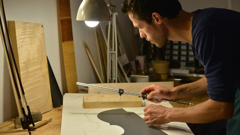 Le luthier Sylvain Tournaire au travail