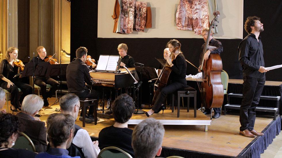 L'ensemble Masques d'Olivier Fortin et le comédien Julien Campani dans leur Grand Tour en ouverture de Terpsichore à la salle Erard à Paris