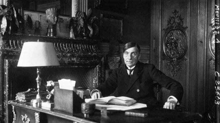 Pol Neveux, homme de lettre, à son bureau © gallica.bnf.fr / Bibliothèque nationale de France