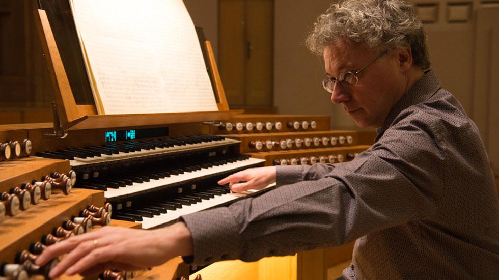 Benoît Mernier à la console de l'orgue du Palais des Beaux-Arts © Bozar Yves Gervais