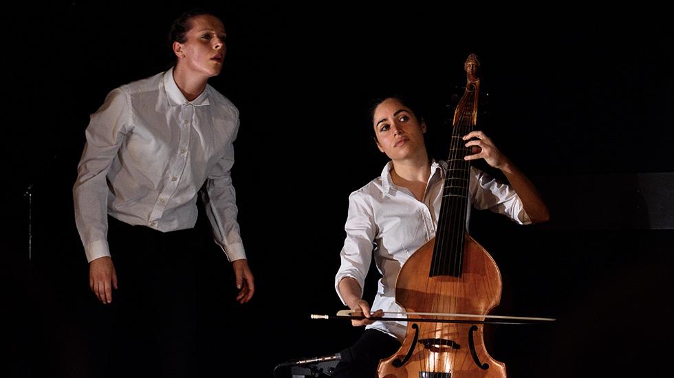 La gambiste Lucile Boulanger aux côtés de la danseuse Mathilde Devoghel