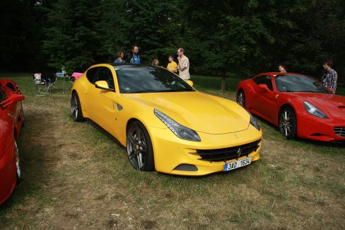 Ferrari FF: Extraordinary Sports Cars