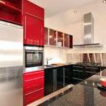 Дизайн кухни с красными дополнениями на кухне со столовой и светом