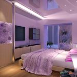 Расположение спальни с фиолетовой стеной и светом
