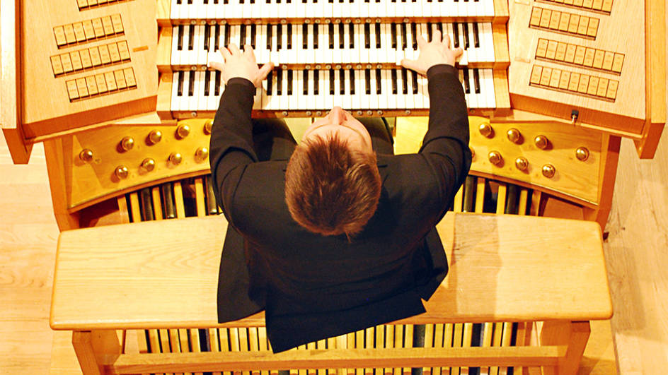 Jonathan Scott jouant de l'orgue