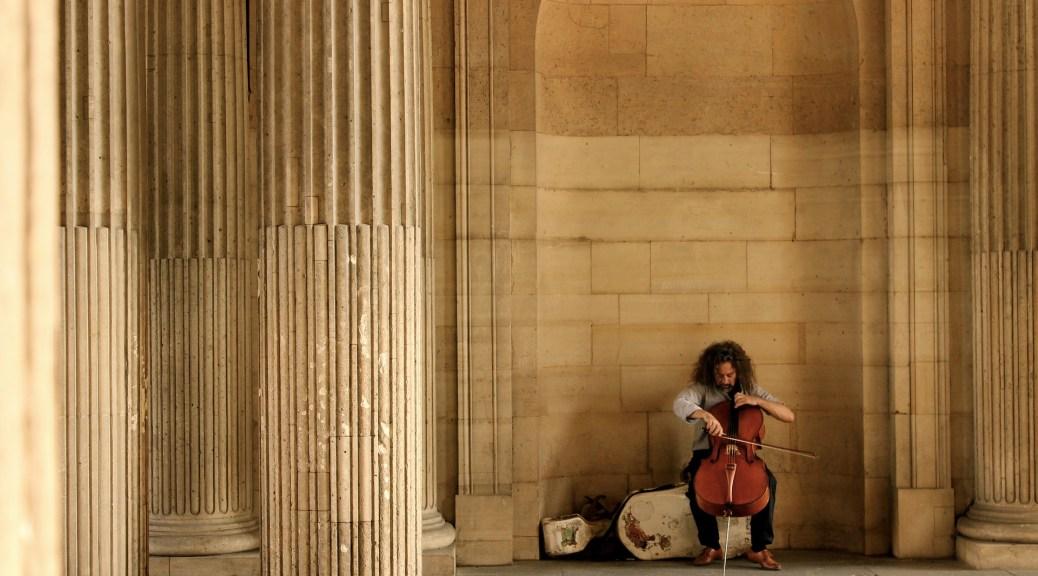 Homme jouant au violoncelle une musiques classiques relaxantes
