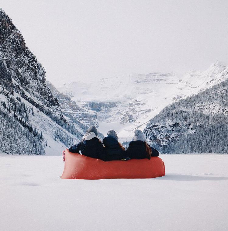 Lamzac posé sur la neige