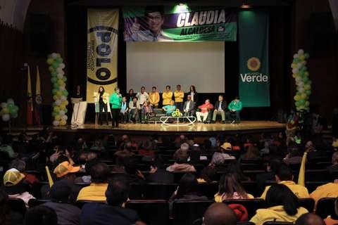 Claudia López firma el Pacto por la Educación en compañía de maestras y maestros de distintos sindicatos.