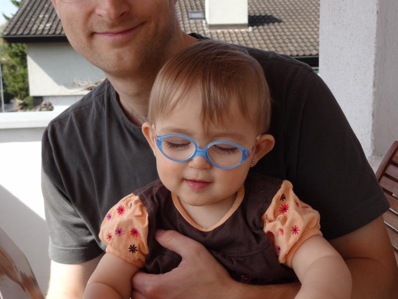 Laura Maria mit blauer Ersatzbrille