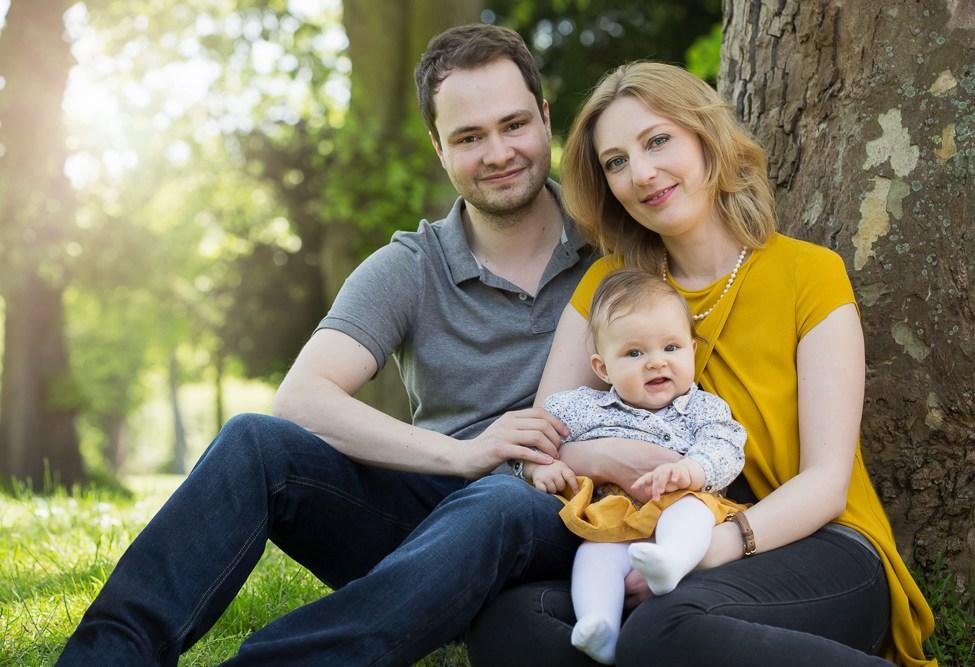 Familienfoto, Eltern mit Kind, Kleinkind, Outdoor Shooting, Baum, Park