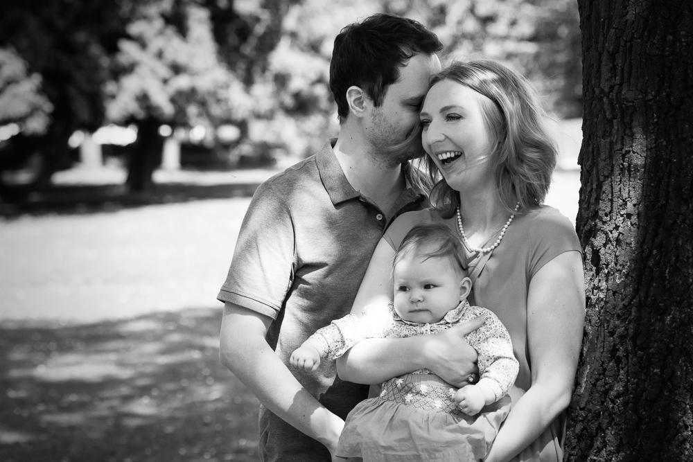 Familienfoto, Eltern mit Kind, Kleinkind, Outdoor Shooting, schwarzweiß, Lachen, Baum, Park