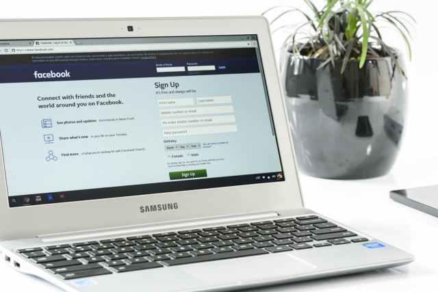 facebook-login-office-laptop-business-162622.jpeg