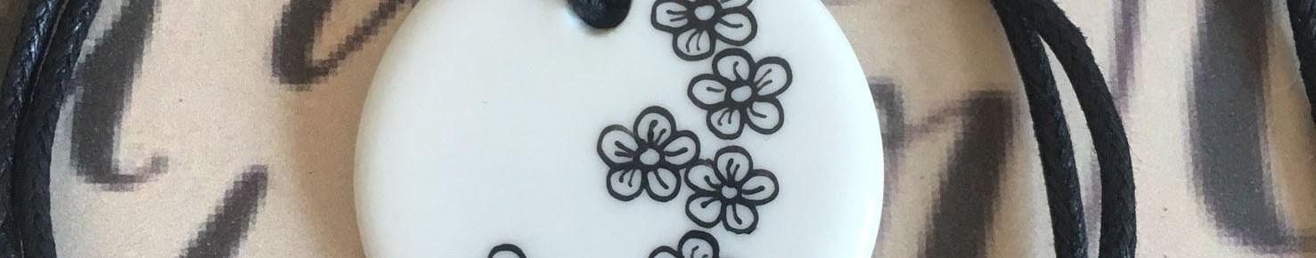 Pendentif petites fleurs petit rond blanc
