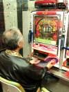Homme jouant au «pachinko» (Tokyo)