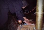 Femme enduisant ses chandelles sur la Pierre de l'Onction (Église du Saint-Sépulcre)